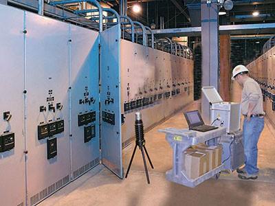 Инженер проводит обслуживание электроустановки на крупном предприятии